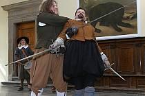 Vrchlabská skupina historického šermu REGO se představila v sobotu ve vrchlabském zámku.