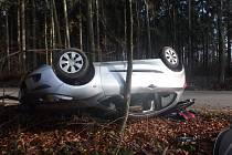 Auto po nehodě skončilo na střeše.