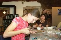 RUKODĚLNÉ PRÁCE  se na Dřevěnce ujaly. Populární jsou například časté kurzy zaměřené na výrobu perníčků.