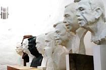 HAVEL VEDLE HAVLA. Galerie Draka v centru Trutnova nabízí portréty na jedno téma. Vznikaly v rámci  výtvarné soutěž, která pokračuje druhým kolem i letos.