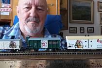 Jiří Beran s unikátní sbírkou. Má všechny tři modely vagónů Pivovaru Krakonoš.
