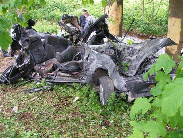 Náraz do stromu nepřežili v Rudníku čtyři osoby.