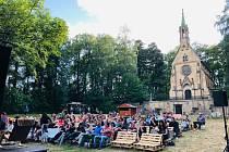 Vrchlabské letní kino Tripsi v areálu Černínsko-Morzinské kaple je místem filmových i divadelních představení.
