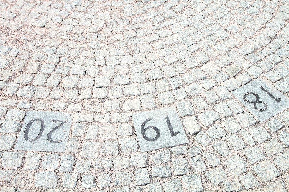 Novinkou na vrchlabském náměstí Míru jsou také sluneční analematické hodiny.