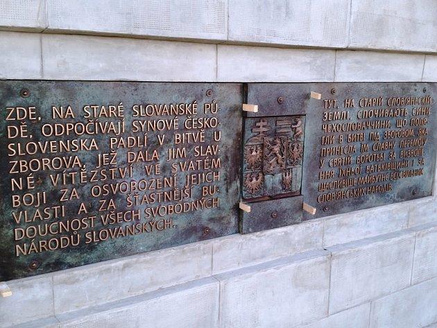 STO LET OD SLAVNÉ BITVY. Umělecká slévárna HVH z Horní Kalné vyrobila pro rekonstruovanou Bratrskou mohylu u Zborova bronzové pamětní desky. V neděli je slavnostně odhalili.