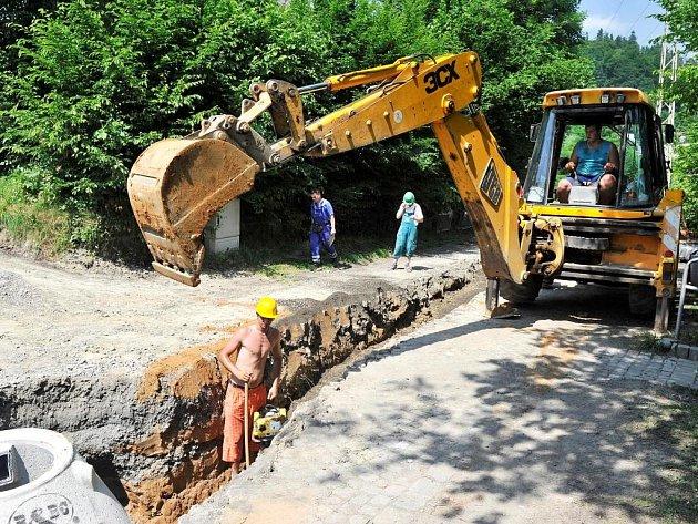 TĚŽKÁ STAVEBNÍ technika, výkopy, objížďky. Taková je realita dnešních dnů v Malé Skále. Probíhá zde výstavba vodovodu a kanalizace.