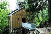 Lesní hrádek Aichelburg, u kterého se v červenci 2010 zřítil dřevěný most a sedm svatebčanů bylo zraněno
