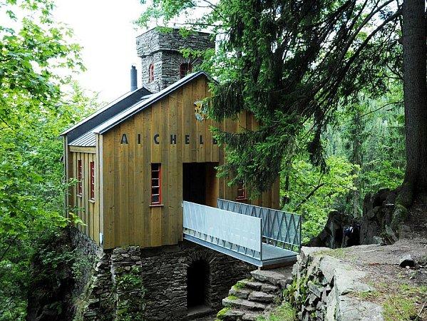 Lesní hrádek Aichelburg, ukterého se včervenci 2010zřítil dřevěný most a sedm svatebčanů bylo zraněno