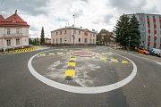 Nový kruhový objezd v Trutnově u zdravotnické školy.