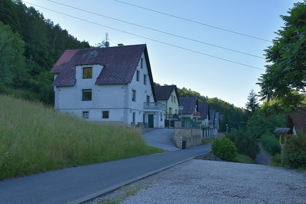 Obyvatelům Svobody nad Úpou, především obytné části Sluneční stráň, vadí nadměrný zápach a hluk, vycházející z firmy na výrobu asfaltových pásů.