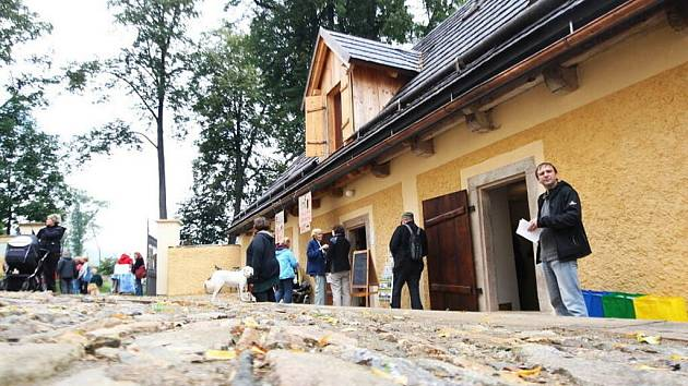 DOTEK. Z bývalé fary v Horním Maršově je nyní Dům obnovy tradic, ekologie a kultury.