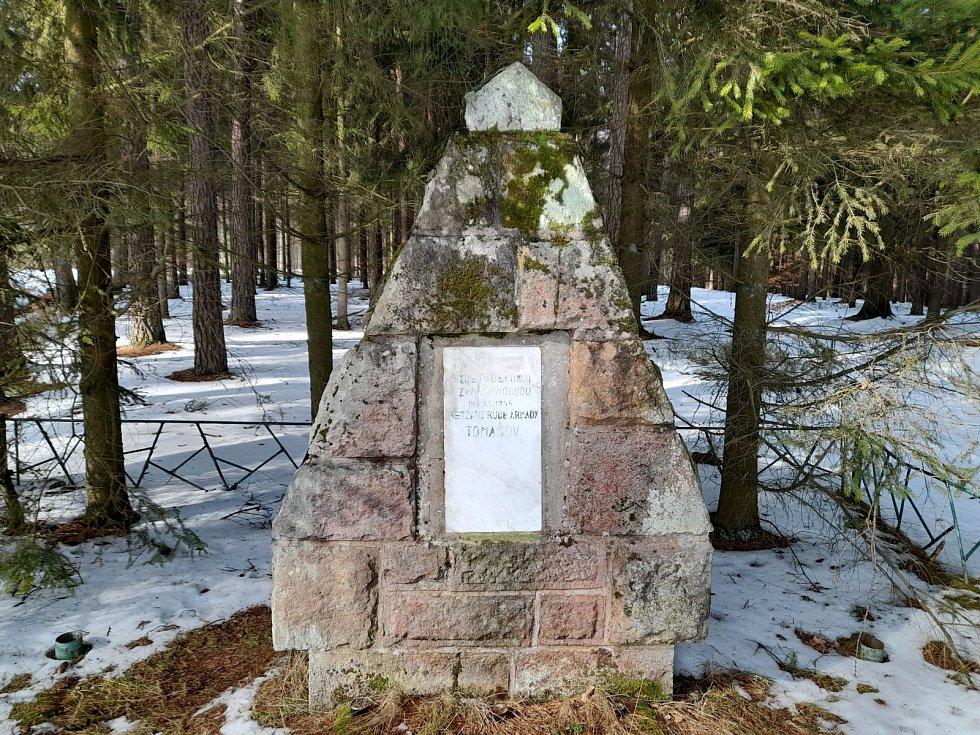 Pomník rudoarmějce Tomašova za Kocbeřemi.