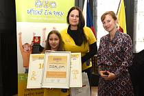 Barbora Spíchalová zvítězila v kategorii Pomoc ostatním s příběhem Pro Matýska. Ocenění převzala od herečky Jitky Čvančarové.