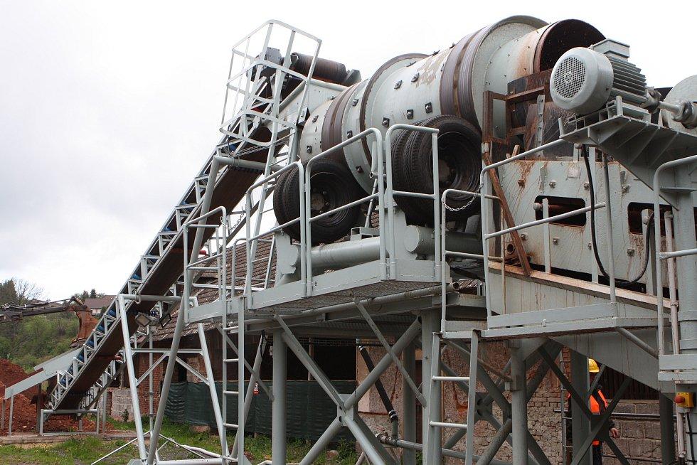 Uprostřed obce Dolní Olešnice začíná v těchto dnech těžba českých granátů. Potrvá čtyři roky.