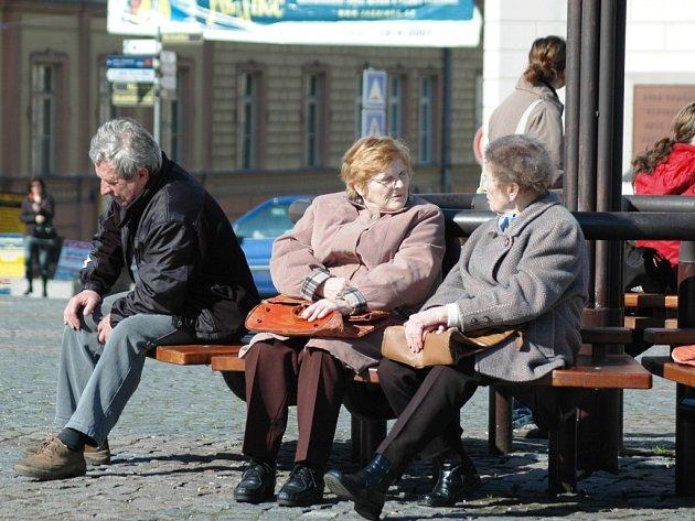 ODPOČINEK NEBO PRÁCE? Senioři, kterým se ještě nechce být doma a užívat důchodu, si mohou dnes k penzi slušně přivydělat.  Otázkou však je, kde seženou vhodnou brigádu.