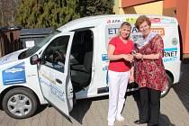 SOCIÁLNÍ AUTOMOBIL. Terénní pracovnice Petra Chmelíková právě z rukou ředitelky Pečovatelské služby Města Dvůr Králové Marcely Hauke přebírá klíčky od nového vozu Dacia Dokker.
