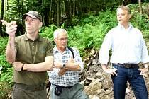 OBHLÍDKA TERÉNU, která se konala v Krkonoších, ukázala, jakou sílu má příroda. Zúčastnil se i náměstek ministerstva životního prostředí Tomáš Tesař (na snímku vpravo).