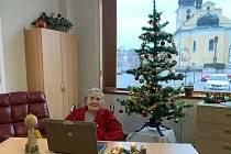 Pětadevadesátiletá Olga Šimková při komunikaci přes počítač v Senior domě Beránek v Úpici.