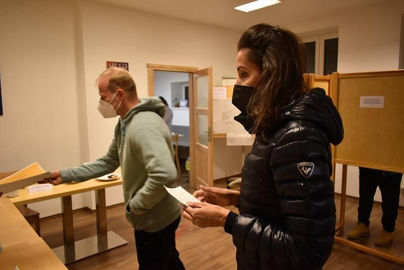 V pátek přišlo k volbám do Pece pod Sněžkou 355 lidí s voličským průkazem.