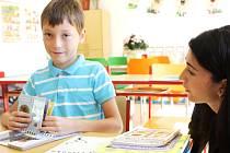 PRVNÍHO ZÁŘI V NOVÉM. Sebastian Bořek, s pedagogickou asistentkou Adélou Mládkovou, byli mezi těmi, kdo si včera poprvé okusili nové prostory základní školy Sluneční v Hostinném.