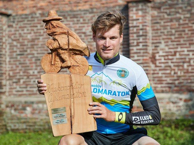 NÁDHERNÝ PUTOVNÍ POHÁR s Krakonošem na kole patří minimálně na rok jezdci Jiřímu Polnickému, bronzovému medailistovi z mistrovství světa juniorů v cyklokrosu z roku 2007.