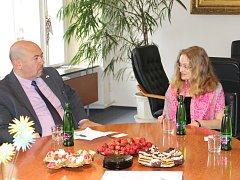Izraelský velvyslanec Gary Koren s Terezií Dubinovu ze Synagogy Turnov
