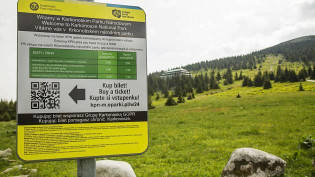Na polské straně Krkonoš stál vstup do národního parku v roce 2017 šest zlotých, momentálně stojí 8 zlotých (zhruba 50 korun), třídenní 20 zlotých.