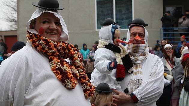 V Malých Svatoňovicích se uskutečnil dvacátý ročník populárního masopustu. Nechyběla nejen plejáda masek, ale také koblihy a tradiční porážka kobyly.