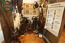 UKÁZKU, jak vypadala dobová garáž najdete v prvním patře. Se dvěma veterány, nářadím a ostatním vybavením.