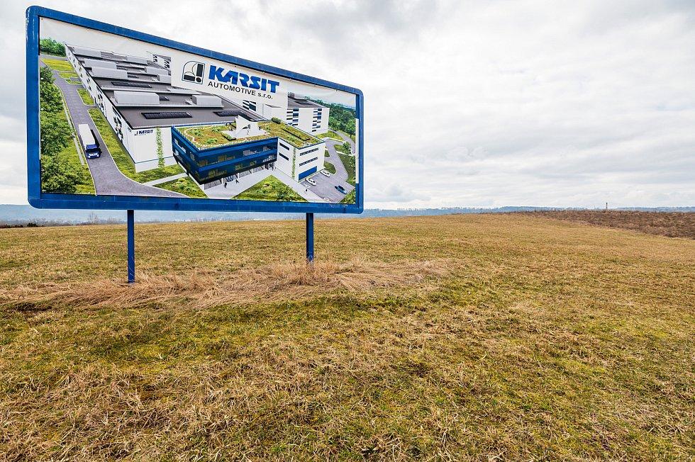 Bude růst na zelené louce v průmyslové zóně Zboží dál jen tráva nebo tam Karsit postaví továrnu?