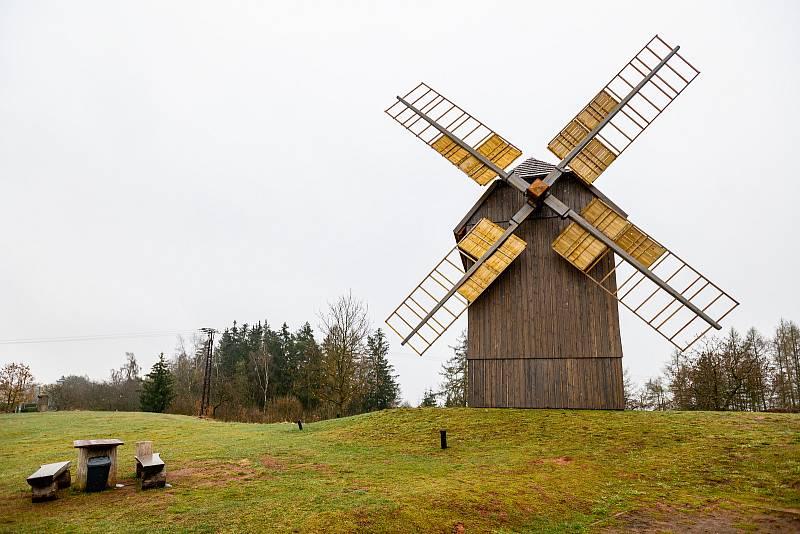 Stavba větrného mlýna v Borovnici byla dokončena v loňském roce.