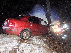 Auto po nárazu začalo hořet