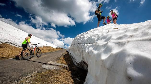 Tropické počasí v nížinách a na hřebenech Krkonoš se stále drží v některých místech i několik metrů sněhu.