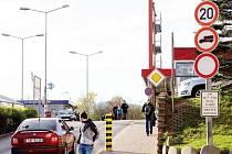 Značek je podél silnic příliš a jen těžko lze řídit, sledovat provoz a ještě vnímat veškeré značení. Třeba jako při vjezdu na rušné parkoviště u trutnovského Kauflandu, které je jedno z míst, kam podle nové úpravy nesmí auta spadající do kategorie N1.