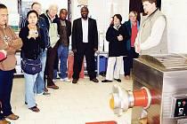 HOSTÉ při prohlídce nevynechali ani návštěvu kuchyně pro zvířata. Stephen von der Spuy ze Zoo Johannesburg konstatoval, že na takové úrovni, prý zatím ještě v žádné zoo podobnou neviděl.