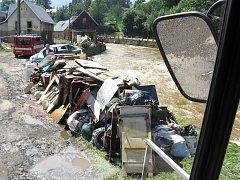 DO ZAPLAVENÝCH OBLASTÍ vyrazili jilemničtí dobrovolní hasiči ihned po bleskových povodních.