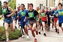 START ZÁVODU. Běžci se od vrchlabského zámku vydávají na trať patnáctého ročníku Vrchlabského krosu.