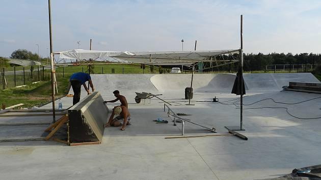 U fotbalového stadionu ve Vrchlabí roste skatepark.