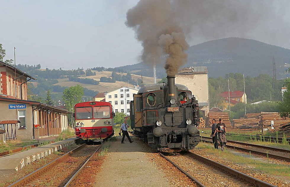 Krkonošemi profrčely historické lokomotivy, představily se také na vlakovém nádraží ve Vrchlabí.