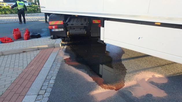 Nafta se valila proudem z kamionu, tekla do čističky odpadních vod.