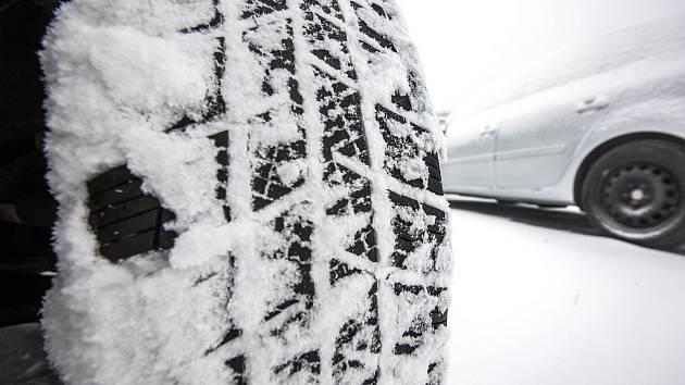 Zimní pneumatiky se vyplatí používat celou zimu, doporučují policisté