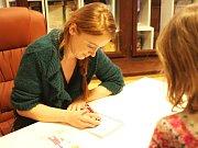 Marie Doležalová podepisovala svou knížku blogů