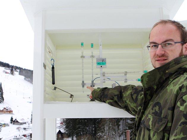 HLUBOKO POD NULU klesly o víkendu teploty, ukazuje Tomáš Prouza ze stanice Českého hydrometeorologického ústavu v Peci pod Sněžkou.