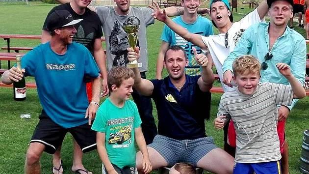 SOUDEK PIVA bývá na turnajích tradiční odměnou pro vítězný tým. Na snímku si jej osedlal brankář Jakub Daniel.