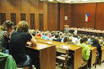 Publicista Petr Žantovský diskutoval se studenty trutnovského gymnázia