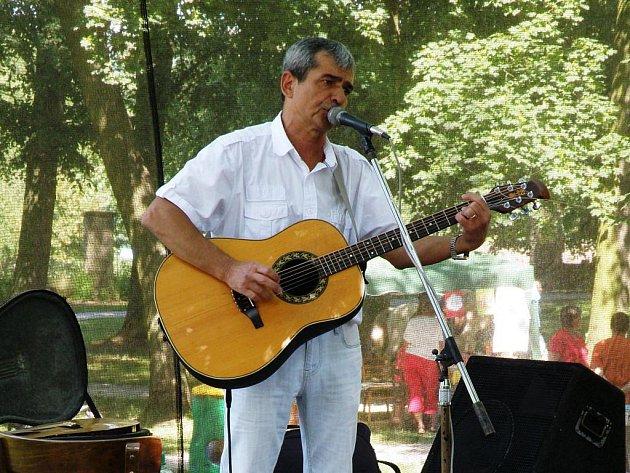 KULTURNÍ PROGRAM v parku zahájil populární písničkář Pavel Dobeš.