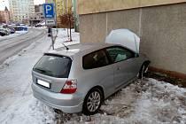 Řidička osobního vozu Honda Civic narazila v Trutnově do paneláku.