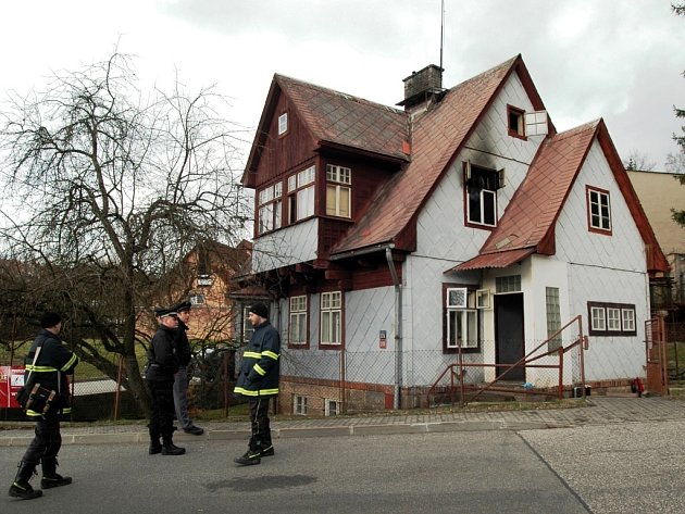 V tomto domě v pondělí ráno při požáru zemřela žena.