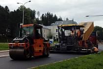 I v sobotu se intenzivně pracovalo na opravě páteřní trutnovské silnice v ulicích Pražská a Na Struze.