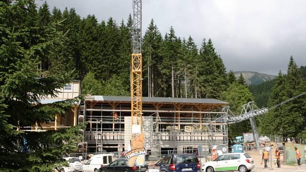 DOLNÍ STANICE lanové dráhy na Sněžku je v celé výstavbě novým objektem. Její přesun blíže do centra horského střediska už v příštím roce ocení návštěvníci Krkonoš.